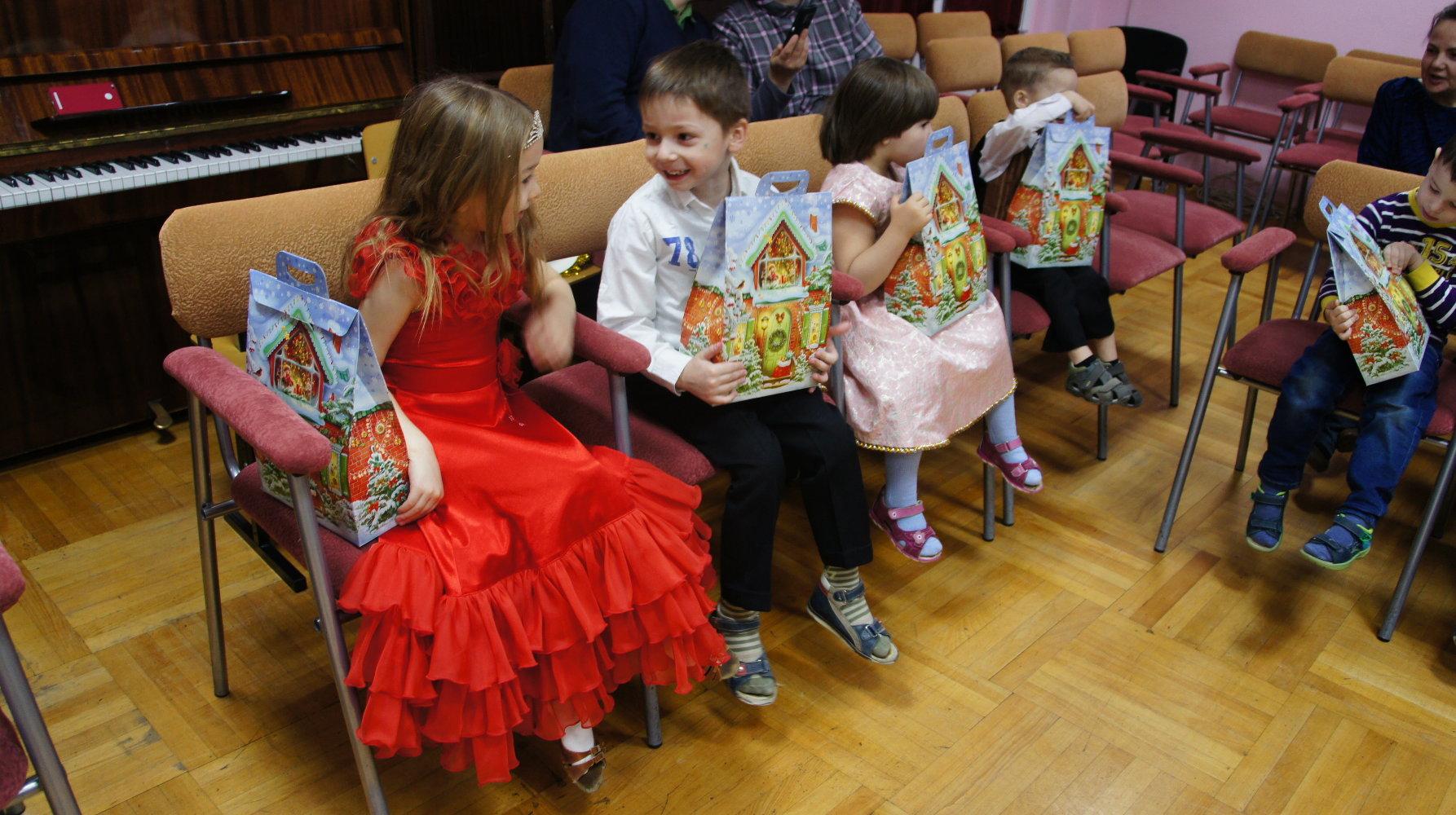 Музыка вручение подарков детям 17